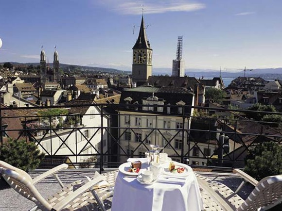 Frühstücksterasse mit Blick über Zürich