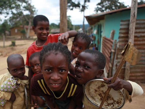 Kinder beim Basteln im Kongo