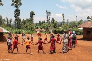 Singen und tanzen mit der Gruppe und den Einheimischen©As Friends to Kenya
