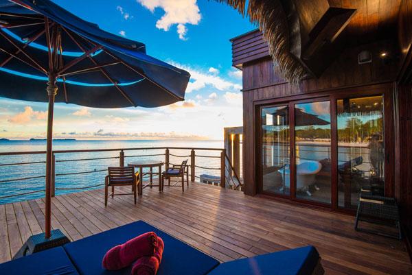 Jeder Wasserbungalow verfügt über eine private Veranda. © Palau Pacific Resort